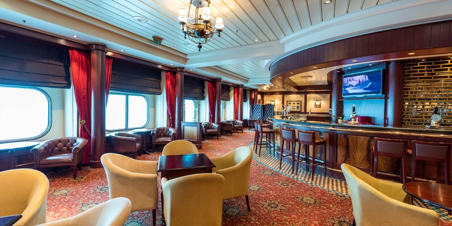 Golden Lion Pub on Queen Mary 2 (QM2) (Photo: Cruise Critic)