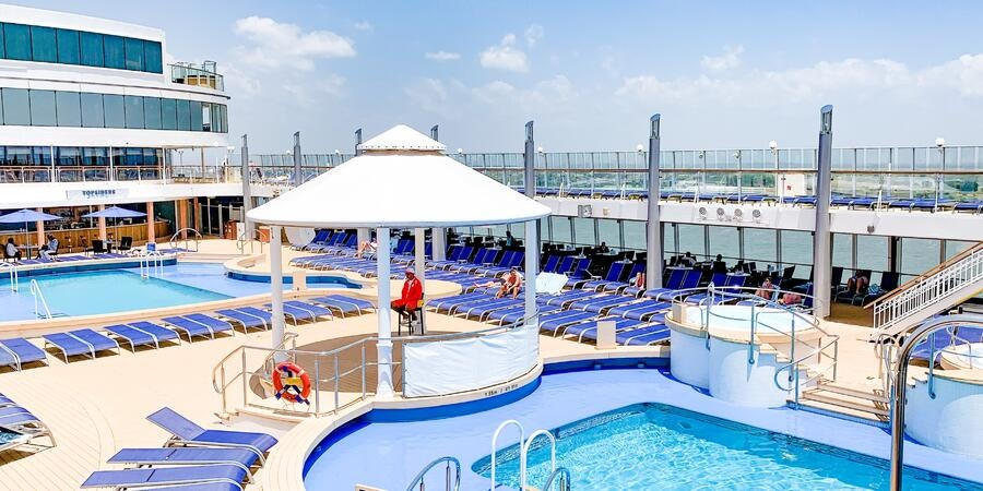 The pool deck on Norwegian Jewel (Photo: Rene Young)