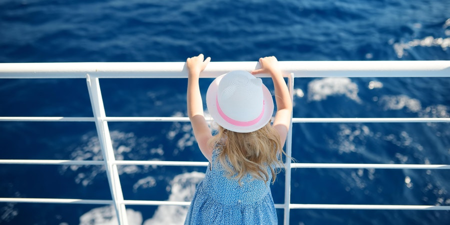 Little girl on a cruise (Photo: MNStudio/Shutterstock.com)