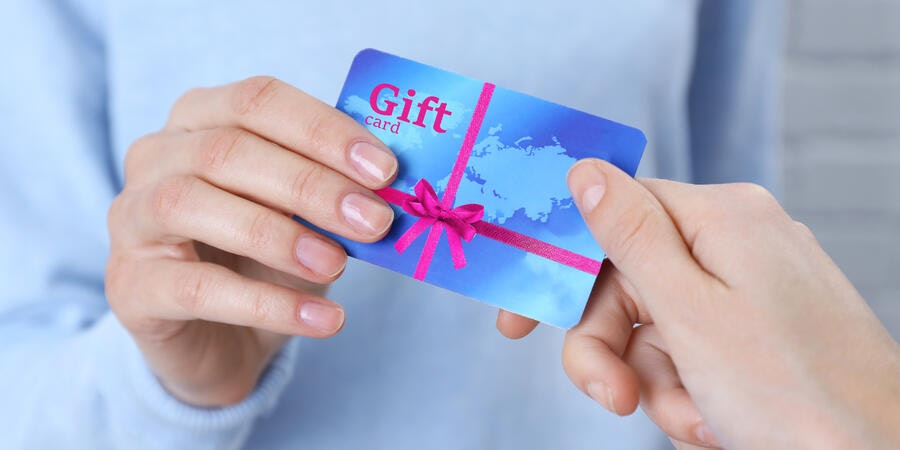 Woman giving gift card to friend (Photo: Amazon/Africa Studio)