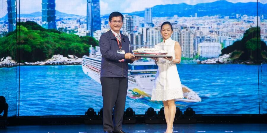 Sally Riu, Vice President of Sales -- Taiwan, Genting Cruise Lines with Lin Chia lung, Minister of Transportation and Communications (Photo: Dream Cruise Line)